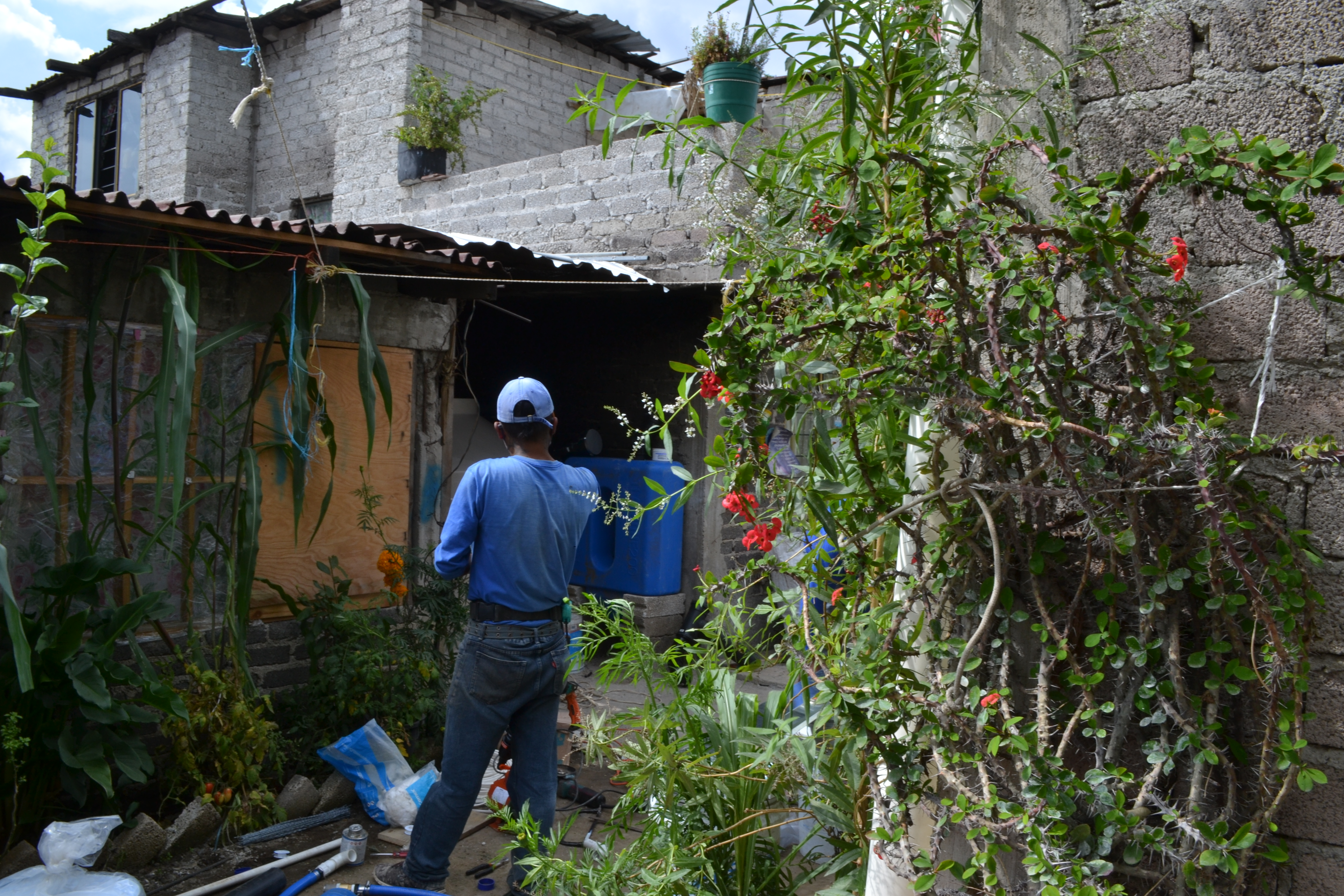 Isla Urbana installs a rainwater harvesting system at Severa Galicia Flores' house on 9 September 2020